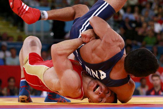 Сегодня. Лондон. Заур КУРАМАГОМЕДОВ (в красном трико) побеждает в матче за третье место. Фото REUTERS Фото Reuters