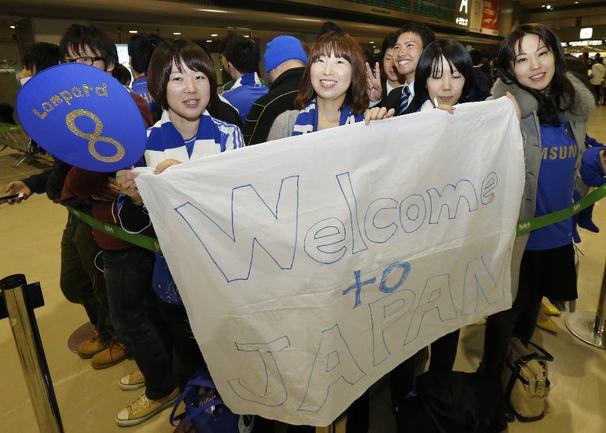"""Сегодня. Токио. Фанаты """"Челси"""" встречают команду в аэропорту. Фото AFP Фото AFP"""