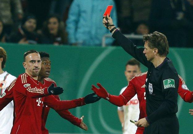 "Вторник. Аугсбург. ""Аугсбург"" - ""Бавария"" - 0:2. Удаление Франка РИБЕРИ (крайний слева). Фото REUTERS Фото REUTERS"