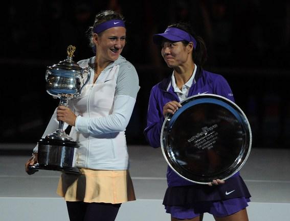 Сегодня. Мельбурн. Победительница Australian Open Виктория АЗАРЕНКО (слева) и финалистка турнира Ли НА. Фото AFP Фото AFP