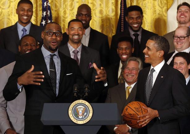 "Сегодня. Вашингтон. Лидер ""Майами"" Леброн ДЖЕЙМС (слева) и президент США Барак ОБАМА. Фото REUTERS Фото Reuters"