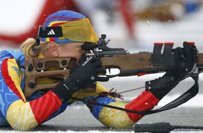 Румынская биатлонистка Ева ТОФАЛВИ расстроена в связи с дисквалификацией своей сборной. Фото REUTERS Фото REUTERS