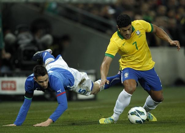 Защитник сборной Италии Маттиа ДЕ ШИЛЬО и нападающий бразильцев ХАЛК. Фото REUTERS Фото Reuters