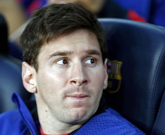 """Вчера. """"Барселона"""" - """"Бавария"""" - 0:3. Лионель МЕССИ наблюдает со скамейки запасных за поражением своей команды. Фото REUTERS Фото Reuters"""