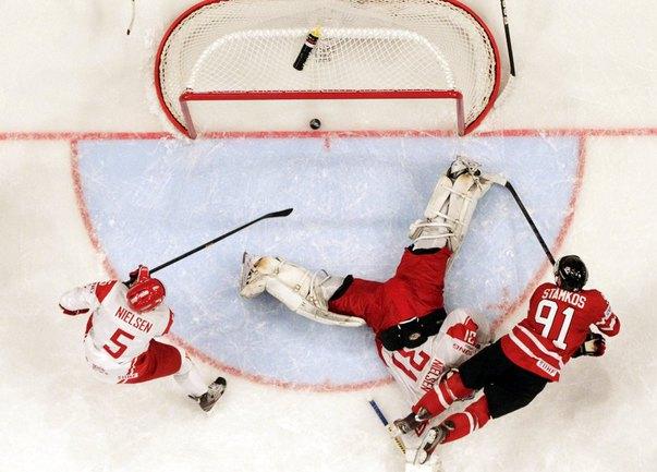 Вчера. Стокгольм. Канада - Дания - 3:1. Нападающий канадской сборной Стивен СТЭМКОС (справа) поражает ворота датской сборной. Фото REUTERS Фото Reuters