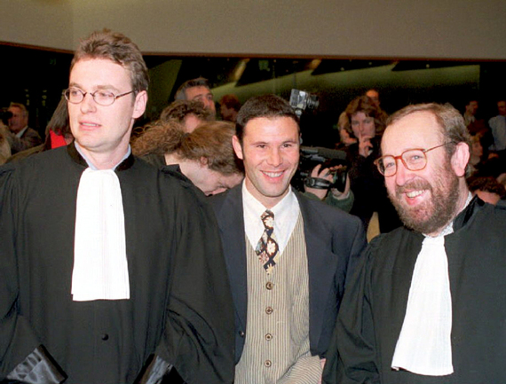 15 декабря 1995 года. Жан-Луи ДЮПОН (слева) и Жан-Марк БОСМАН (в центре) совершают революцию в европейском футболе. Фото AFP Фото AFP