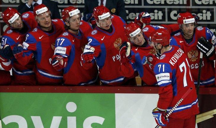Сегодня. Хельсинки. Россия - США. Партнеры по команде поздравляют Илью КОВАЛЬЧУКА (крайний справа) с заброшенной шайбой. Фото REUTERS Фото Reuters