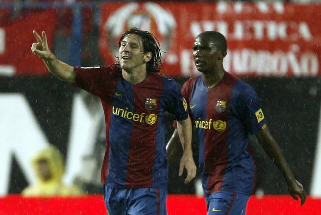 """Лидер """"Барселоны"""" Лионель МЕССИ (слева) и бывший нападающий каталонского клуба Самюэль ЭТО'О. Фото REUTERS Фото Reuters"""