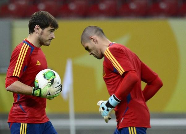 Голкипер сборной Испании Икер КАСИЛЬЯС (слева) и Виктор ВАЛЬДЕС. Фото AFP Фото AFP