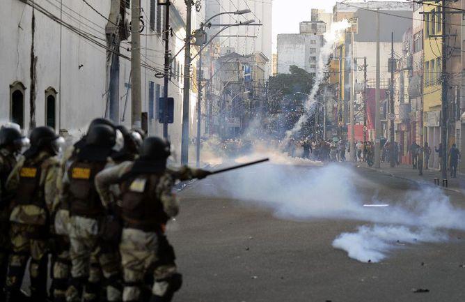 Четверг. Салвадор. Полиция применяет слезоточивый газ против протестующих. Фото AFP Фото AFP