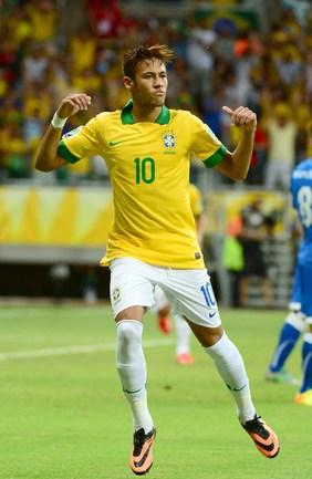 Вчера. Салвадор. Италия - Бразилия - 2:4. Лидер атак бразильской сборной НЕЙМАР забивает рекордный мяч. Фото AFP Фото AFP