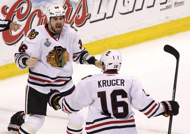 """Понедельник. Бостон. """"Бостон"""" - """"Чикаго"""" - 2:3. Нападающий """"Чикаго"""" Дэйв БОЛЛАНД. Фото REUTERS Фото Reuters"""