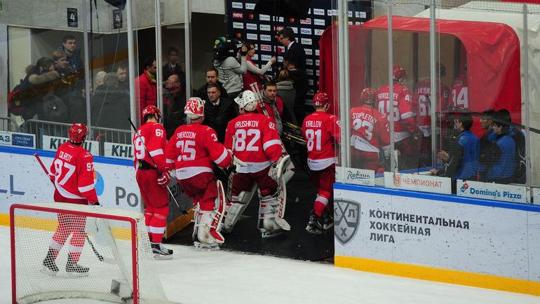 """Красно-белые покидают лед после поражения. Фото Александр ФЕДОРОВ, """"СЭ"""""""