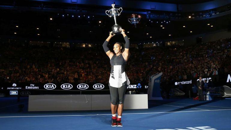 Сегодня. Мельбурн. Серена УИЛЬМС с очередным трофеем. Фото REUTERS