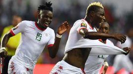 Футболисты сборной Буркина-Фасо праздную забитый гол.