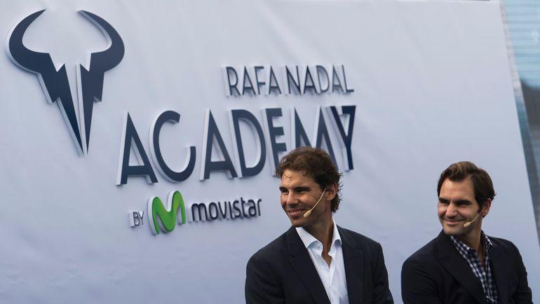 19 октября 2016 года. Манакор. Роджер ФЕДЕРЕР (справа) и Рафаэль НАДАЛЬ на открытии теннисной академии испанца. Фото AFP