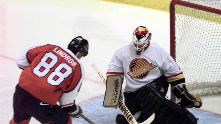 """1996 год. Вратарь """"Ванкувера"""" Кирк МАКЛИН (справа) против нападающего """"Филадельфии"""" Эрика ЛИНДРОСА. Фото REUTERS"""