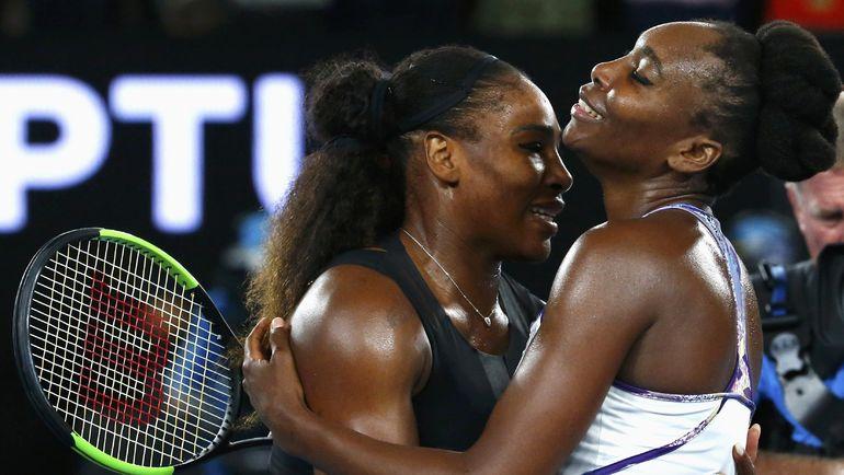 Суббота. Мельбурн. Винус УИЛЬЯМС (справа) поздравляет Серену УИЛЬЯМС с победой в финале Australian Open. Фото REUTERS