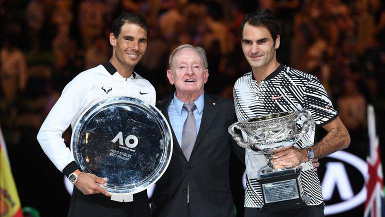 Воскресенье. Мельбурн. Рафаэль НАДАЛЬ (слева), Род ЛЭЙВЕР (в центре) и Роджер ФЕДЕРЕР на церемонии награждения после финала Asustralian Open. Фото AFP