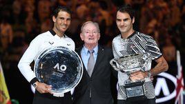 Воскресенье. Мельбурн. Рафаэль НАДАЛЬ (слева), Род ЛЭЙВЕР (в центре) и Роджер ФЕДЕРЕР на церемонии награждения после финала Asustralian Open.