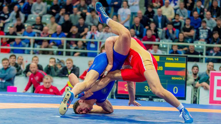 Воскресенье. Красноярск. Победитель в весе до 70 кг Исраил КАСУМОВ (справа) проводит атаку. Фото Илья НЕМКОВ