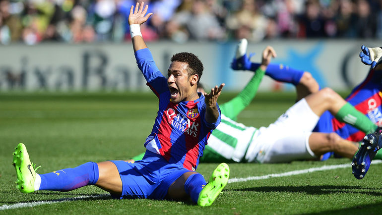 """Воскресенье. Севилья. """"Бетис"""" - """"Барселона"""" - 1:1. НЕЙМАР негодует по поводу неназначенного пенальти в ворота соперника. Фото AFP"""