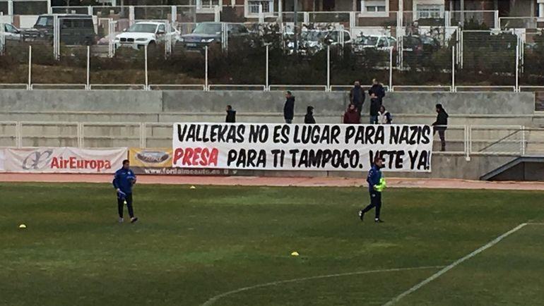 """""""Вальекас – не место для нацистов. Преса, для тебя тоже. Убирайся!"""", написали фанаты """"Райо"""" на плакате. Фото elpais.com"""