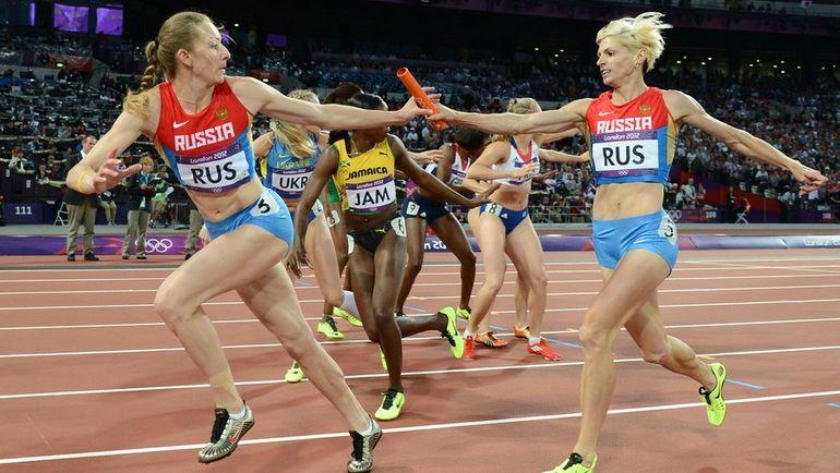 11 августа 2012 года. Лондон. Антонина КРИВОШАПКА (справа) передает палочку Татьяне ФИРОВОЙ в финале эстафеты 4х400 м на Олимпиаде-2012. Фото AFP
