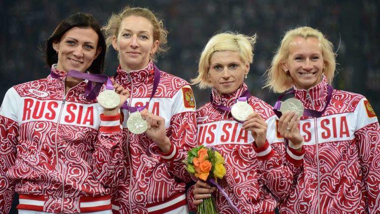 Татьяна ФИРОВА, Наталья АНТЮХ, Антонина КРИВОШАПКА и Юлия ГУЩИНА с серебряными медалями Лондона-2012. Фото AFP