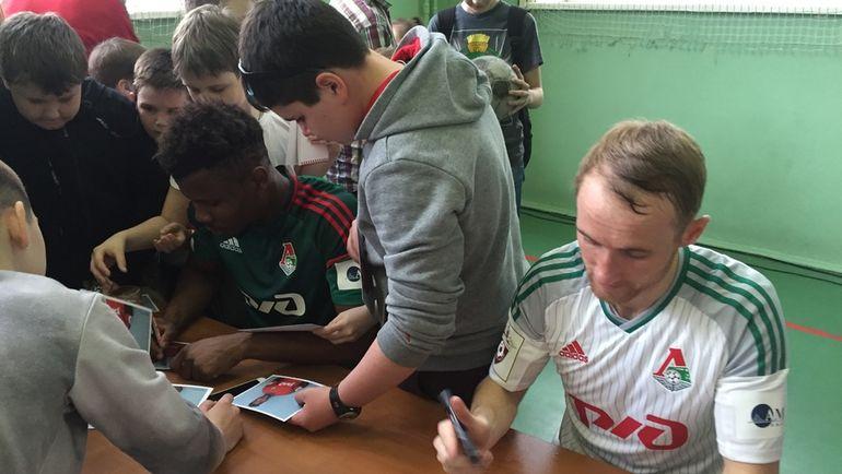 Эзикиел ХЕНТИ (слева) и Владислав ИГНАТЬЕВ на встрече с болельщиками. Фото Михаил ГОНЧАРОВ, «СЭ»