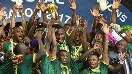 Воскресенье. Либревиль. Египет - Камерун - 1:2. Футболисты сборной Камеруна с трофеем.