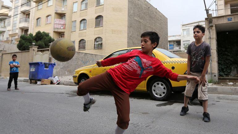 Дворовый футбол в Тегеране. Фото AFP
