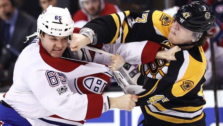 """Воскресенье. Бостон. """"Бостон"""" - """"Монреаль"""" - 4:0. Драка между Эндрю ШОУ (слева) и Тори КРАГОМ. Фото AFP"""
