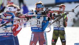 Воскресенье. Хохфильцен. Антон ШИПУЛИН (в центре) во время гонки преследования.