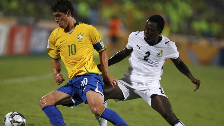 ЖУЛИАНУ (№10) - капитан сборной Бразилии на юношеском чемпионате мира. Фото Reuters