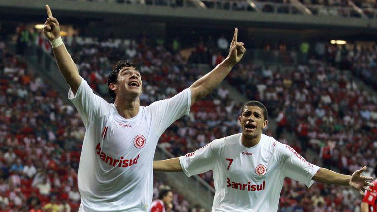ЖУЛИАНУ (слева) стал лучшим игроком Кубка Либертадорес-2010. Фото Reuters