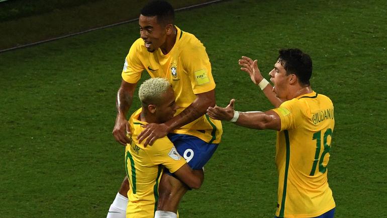 ЖУЛИАНУ (№18), НЕЙМАР (слева) и ЖЕЗУС ГАБРИЭЛ празднуют гол сборной Бразилии. Фото AFP