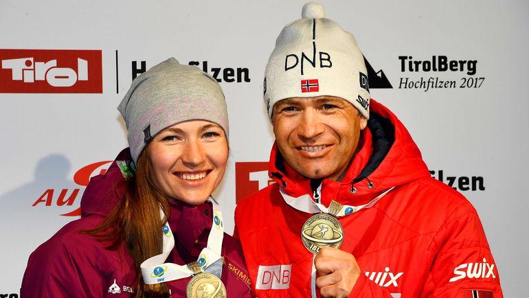 Дарья ДОМРАЧЕВА и Оле Эйнар БЬОРНДАЛЕН с медалями чемпионата мира. Фото AFP