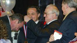 11 марта 2003 года. Никита СИМОНЯН вручает Олегу РОМАНЦЕВУ бронзовую медаль.