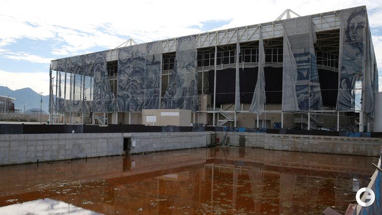 В олимпийском бассейне, где во время Игр боролись с зеленой водой, воды сейчас нет вовсе. Фото REUTERS