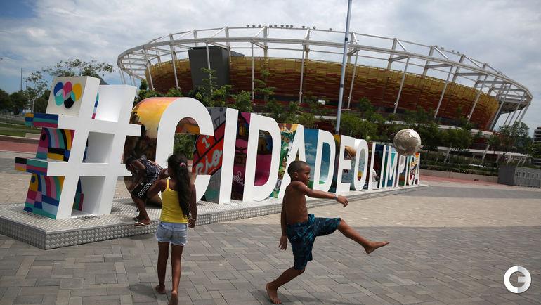 Местные дети пользуются возможностью изучить объекты в Олимпийском парке. Фото REUTERS