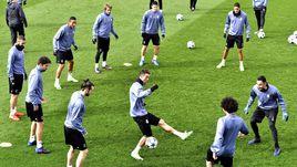 """Вчера. Мадрид. КРИШТИАНУ РОНАЛДУ (в центре) и его партнеры по """"Реалу"""" готовятся к """"Наполи""""."""