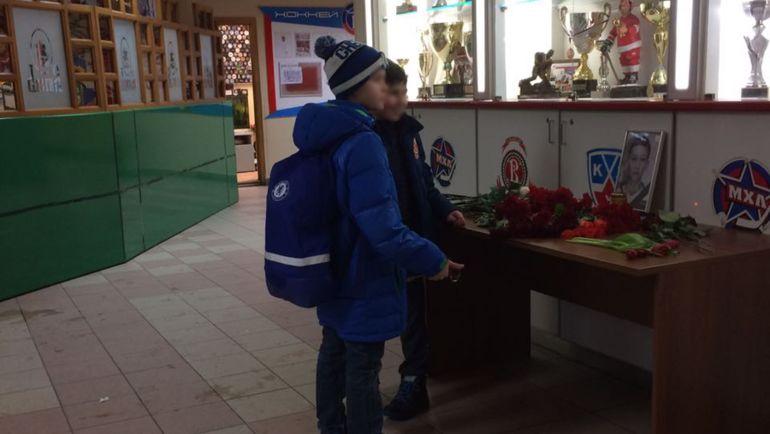 Школьники у фотографии Ильи Солнышкина. Фото Алексей ШЕВЧЕНКО, «СЭ»