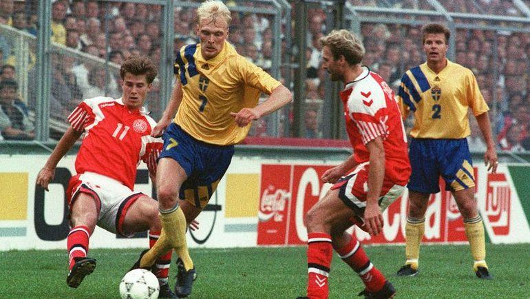 14 июня 1992 года. Стокгольм. Клас ИНГЕССОН (второй слева) против Брайана ЛАУДРУПА в матче Швеции и Дании на Euro-1992. Фото AFP