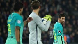 """Вторник. Париж. """"ПСЖ"""" - """"Барселона"""" - 4:0. Лионель МЕССИ (справа) был совершенно незаметен."""