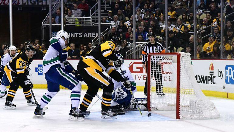 """Вторник. Питтсбург. """"Питтсбург"""" - """"Ванкувер"""" - 4:0. Евгений МАЛКИН (справа) открывает счет в матче. Фото REUTERS"""