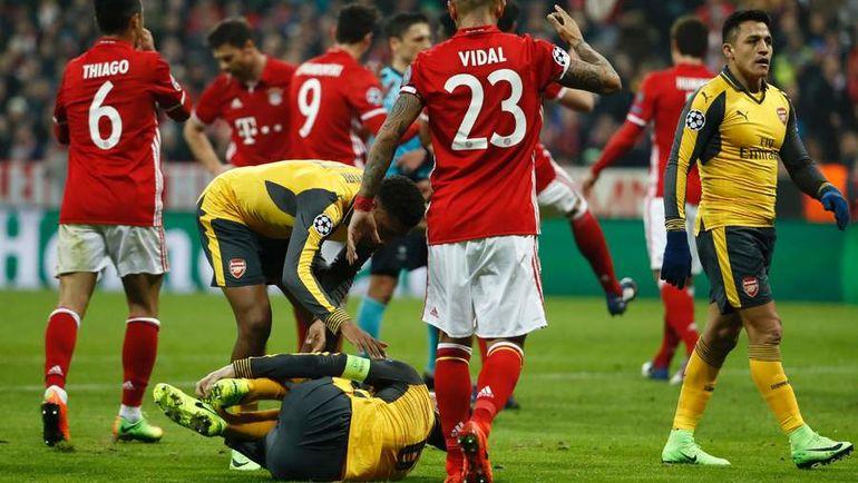 """После травмы Лорана КОСЬЕЛЬНИ (на поле) """"Арсенал"""" пропустил четыре мяча. Фото AFP"""
