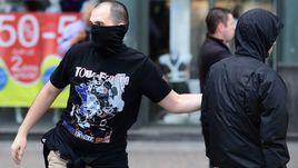 Российские хулиганы во время беспорядков в Марселе в ходе Euro.