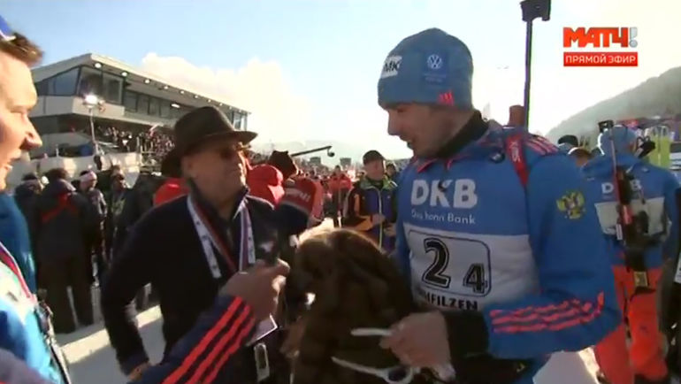Александр ТИХОНОВ (слева) дарит свою шубу Антону ШИПУЛИНУ. Фото Матч ТВ