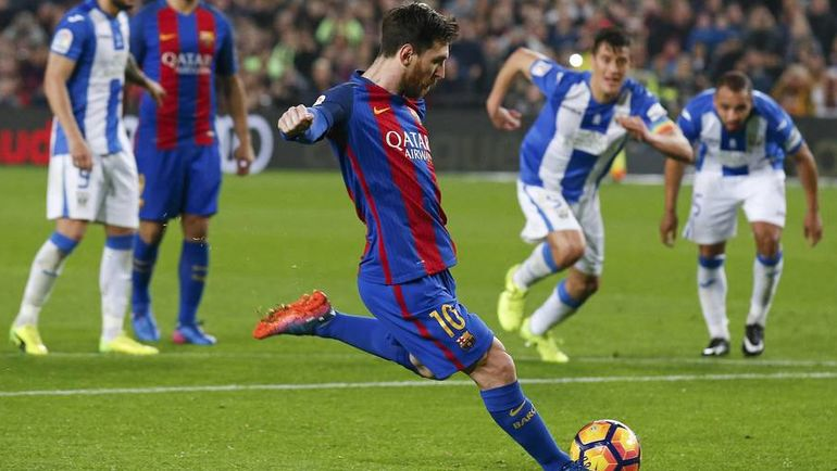 """Воскресенье. Барселона. """"Барселона"""" - """"Леганес"""" - 2:1. 90-я минута. Лионель МЕССИ отправляет в ворота победный мяч. Фото Reuters"""